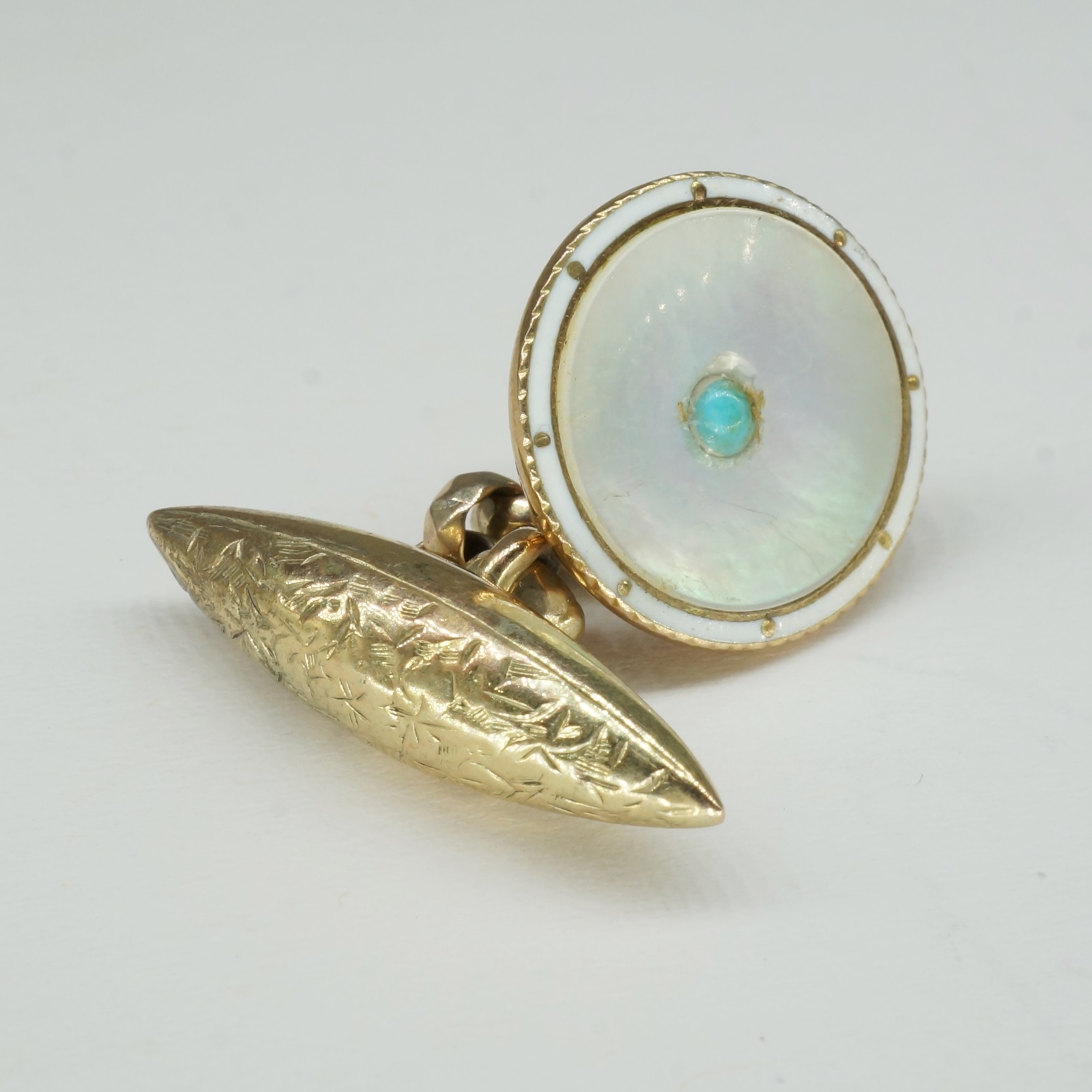 '9ct Gold Enamel and Mother of Pearl Button'