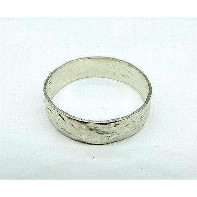 9ct White Gold Ring with Patterned Finish