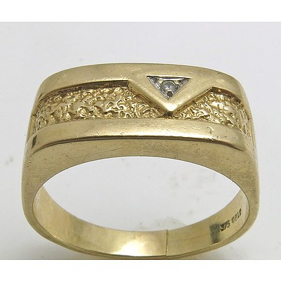 9ct Gold Patterned Diamond -set Ring