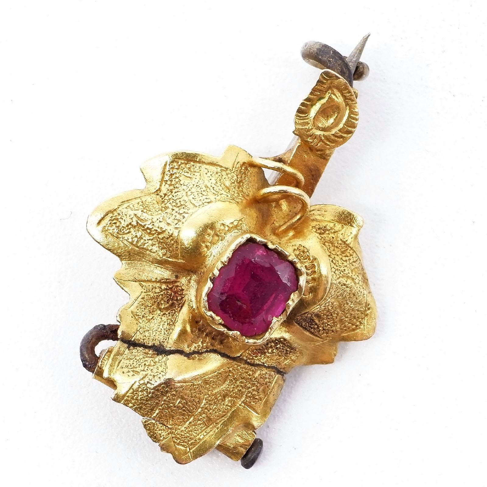 'Antique 15ct Yellow Gold Small Grape Leaf Brooch with Garnet Topped Doublet at Centre, 1.3g'