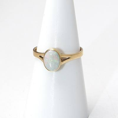 14ct Yellow Gold Ring with White Oval Opal