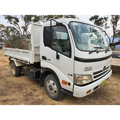 Lot 197 - 07/2007 Hino 300C Single Cab Wide 4x2 Tipper Truck White 4.0l